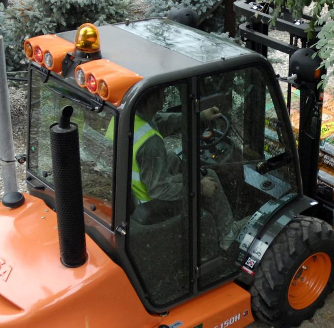 Trucken har avancerad design med en säker omslutande förarhytt.