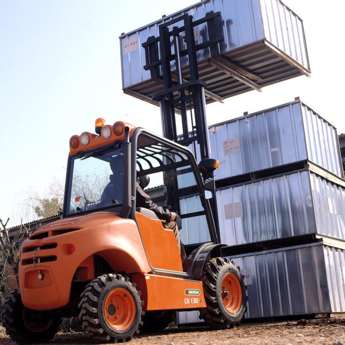 AUSA gaffeltruck C 150H lyfter containrar med vikter upp till 1500 kg