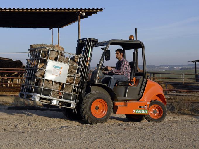 Breda framhjul genererar en enastående stabilitet för lasten på gafflarna vid transport av tung vikt.