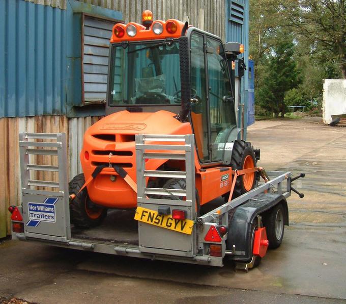 Den kompakta trucken lastad på trailer för transport till nästa arbetsuppgift