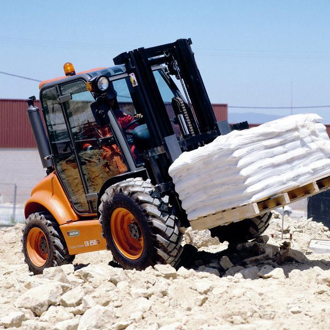 Gaffeltruck AUSA C 200-250 med permanent 4x4 på byggarbetsplats
