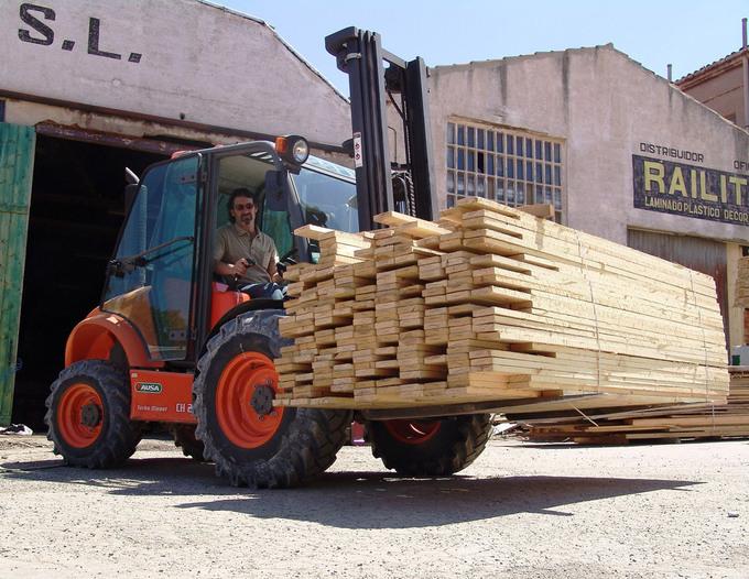 Bredare däck och bredare hjulaxlar gör trucken idealisk för bygge och brädgård