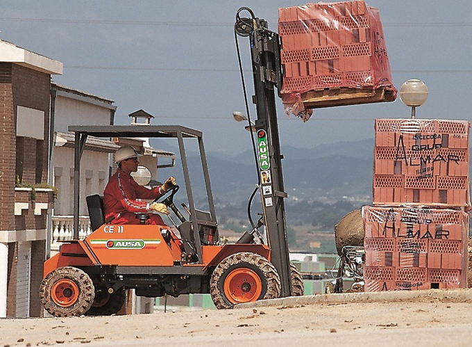 AUSA C11M levererar tegel i trånga utrymmen på många byggarbetsplatser