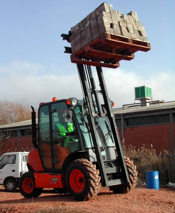 Trucken är med sin fyrhjulsdrift mycket lämplig för markanläggningar och byggen