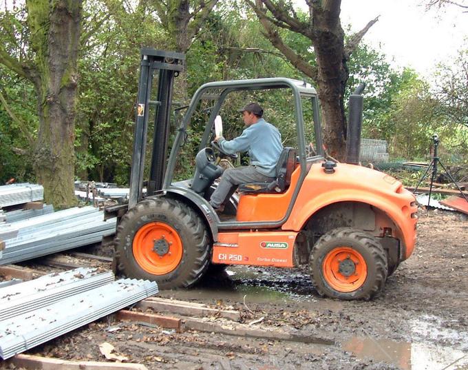 AUSA C200-250 H/HI är en robust fyrhjulsdriven gaffeltruck för tuff terräng