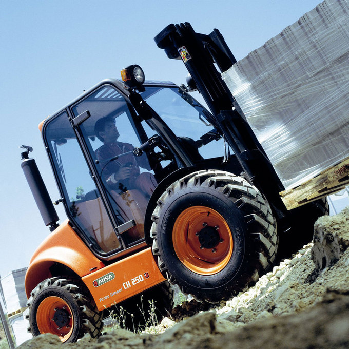 Trucken har avancerad design med en säker omslutande förarhytt och permanent 4x4 drift