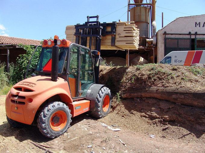 AUSA C200-250 H/HI är en unik blandning av låg vikt, kompakta mått, smidighet och säkerhet i en och samma gaffeltruck. Lika effektiv på brädgård liksom på byggen och lantbruk